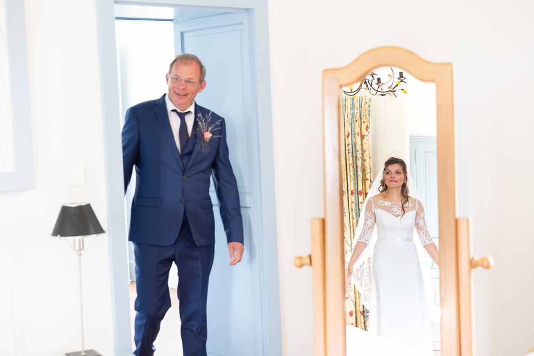 Le marié et ses garçons d'honneur s'avance pour la cérémonie de mariage